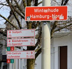 Stadtteilgrenze - Schild Winterhude, Hamburg-Nord; Wegweiser für FahrradfahrerInnen - Richtungsschilder.