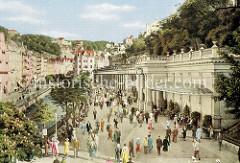 Historische, kolorierte Fotografie vom Zentrum Karlsbad - lks. der Fluß Teplá, lks. die Mühlbrunncolonnaden - errichtet 1881, Architekt Josef Zitek. Quelle: