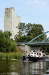 Ein Sportboot fährt auf dem  Elbe-Trave-Kanal Richtung Lübeck.