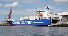 Ein Frachter der Reederei Holmen Carrier liegt am Kai im Hafen der Hansestadt Lübeck.
