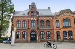 Wohn- und Geschäftshaus an der Schiffbrückenstraße in Flensburg - Backsteinarchitektur mit Zierbändern, errichtet 1883 - daneben ein Erweiterungsgebäude, gebaut 1902.