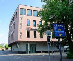 Modernes Gebäude am Reismühlenhof in Flensburg - Sitz der Stadt Bibliothek und eines Elektronikmarktes.