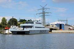 Das Katamaranschiff SeaCat 125 liegt im Hafen von Lübeck - der 42 m lange Katamaran ist ein Prototyp in Leichtbauweise, das eine Geschwindigkeit von 50 kn = 92 km/h erreichen kann.