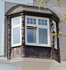 Erker mit Säulen / Schnitzwerk integriert in eine Gründerzeitvilla in Hamburg Eppendorf.