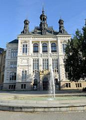 Blick zum Gebäude vom Westböhmisches Museum in Pilsen / Plzeň; 1898 wurden die Bauarbeiten des Neorenaissance-Gebäudes abgeschlossen - Architekt Josef Škorpil.