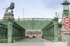 Löwenbrücke / Schemerlbrücke; errichtet 1898. Die Brücke überspannt die Nussberger Wehr- und Schleusenanlage der Donau in Wien.