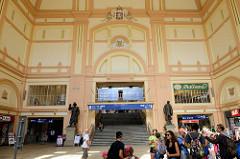 Innenansicht vom Hauptbahnhof Pilsen / Plzeň - das Bahnhofsgebäude wurde 1907 eingeweiht, Architekt Rudolf Štech.