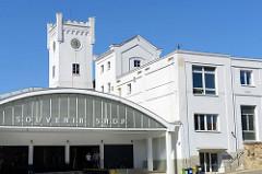 Souvenir Shop und klassizistische Architektur der Plzeňský Prazdroj / Pilsener Brauerei. Die Brauerei wurde 1839 gegründet und ständig erweitert. 1946 wurde das Unternehmen verstaatlicht und 194 wieder privatisiert. Ab 1999 gehörte das Unternehmen zu