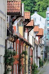 Wohnhäuser im  Oluf-Samson-Gang in der Altstadt von Flensburg; historische Bebauung mit alten Fischerhäuschen - ehemalige Rotlichtbezirk  der Stadt.