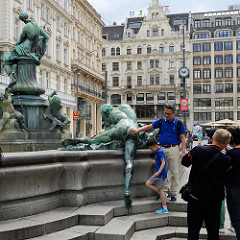 Donnerbrunnen - Providentiabrunnen / Mehlmarktbrunnen -  am Neuen Markt in Wien. Der Brunnen mit Bronzeplastiken wurde 1739 eingeweiht - Entwurf Georg Raphael Donner.
