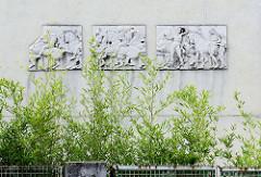 Pantheonfries an der Hausfassade vom Haus Rufer in der Wiener Schließmanngasse; Architekt Adolf Loos, 1922. Adolf Loos (1870 - 1933) war ein österreichischer Architekt, der als einer der Wegbereiter der modernen Architektur gilt.