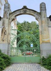 Jugendstilornamentik - Eisentür der Základní škola / Grundschule in der Straße Moskevská von Karlovy Vary / Karlsbad.
