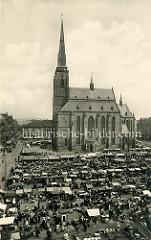Historische Ansicht der  St. Bartholomäus Kathedrale in Pilsen / Plzeň - der Marktplatz ist mit Marktständen dicht besetzt.