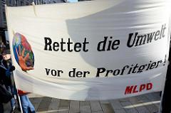 Transparent mit der Aufschrift: Rettet die Umwelt vor der Profitgier.Fast 10 000 SchülerInnen protestieren am 15.03.2019 bei der Fridays for Future-Demonstration in Hamburg für mehr Klimaschutz