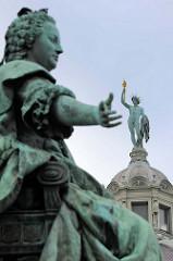 Denkmal von  Maria Theresia, Erzherzogin von Österreich, Gattin und seit 1765 Kaiserinwitwe von Kaiser Franz I. Stephan von Lothringen. Sie regierte die Habsburgermonarchie 1740 bis 1780. Das Bronzedenkmal wurde 1888 eingeweiht.