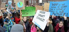 Fridays for Future - Demo in Hamburg - 01.03.2019. Schilder mit den Forderungen / Slogans:  Die Uhr tickt - Unsere Zukunft schmilzt - Why do we have to learn for a future, if there is no future.