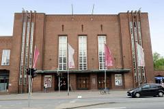 Eingang vom Deutschen Haus in Flensburg / Friedrich Ebert Straße. Das Deutsche Haus ist ein Versammlungs- und Veranstaltungshaus, das 1930 im Baustil des Backsteinexpressionismus errichtet wurde - Architekt Theodor Rieve und der Magistratsbaurat Paul