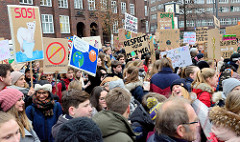 Fridays for Future - Demo in Hamburg - 01.03.2019. DemonstrantInnen sammeln sich mit vielen Demoschildern auf dem Gänsemarkt.