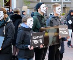 Cube of Truth - Anonymous for the Voiceless, Demonstration der Tierrechtsorganisation in der Ottensener Hauptstraße von Hamburg. Bei Cubes zeigen ehrenamtliche Aktivist*innen den Passanten die Zustände in der (Massen-) Tierhaltung.