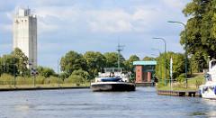 Ein Binnenschiff läuft in die Lauenburger Schleuse des Elbe-Lübeck-Kanals ein.