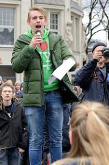 Schüler / Sprecher bei der Kundgebung, Start der Demonstration auf dem Hachmannplatz am Hamburger Hauptbahnhof. Fast 10 000 SchülerInnen protestieren am 15.03.2019 bei der Fridays for Future-Demonstration in Hamburg für mehr Klimaschutz