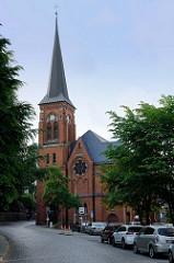Blick zur Sankt Marien Kirche in Flensburg - ursprünglich als dreischiffige Hallenkirche im gotischen Stil ab 1284 errichtet. Über die Jahre wurde aufwändige Umbauten vorgenommen - der neogotische Kirchturm wurde 1880 gebaut.