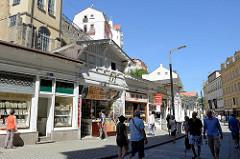 FussgängerInnenzone  Lázeňská mit Souvenir-Geschäften in Karlsbad /  Karlovy Vary.