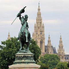 Reiterstandbild Erzherzog Carl am Burgring in Wien - Bildhauer Anton Dominik Fernkorn. Im Hintergrund die neogotischen Türme vom Wiener Rathaus - errichtet 1883, Architekt Friedrich von Schmidt.
