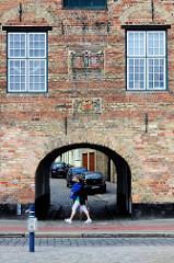 Alte Wappen - Flensburger Wappen + Wappen von König Christian IV und Königin Anna Katharina  - am Kompagnietor an der Schiffbrücke in Flensburg - errichtet 1602, Baumeister Dirick Lindingk.