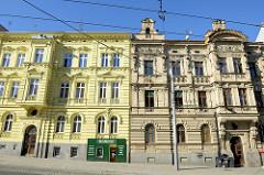Wohnhäuser / Etagenhäuser im Baustil der Gründerzeit - Fassaden mit Stuckdekor; Straße Americka in Pilsen / Plzeň.