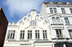 Gebäude Zur Börse in Flensburg, Rokoko-Fassade in der Großen Straße von Flensburg; errichtet 1788 - der linke Gebäudeflügel wurde 1897 hinzugefügt.