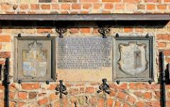 Historische Fassade vom Franziskanerkloster in Flensburg, Wappen über der Eingangstür.