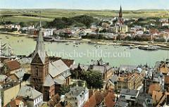 Historische Luftaufnahme von Flensburg - koloriertes Panorama - Blick über die Flensburger Förde; im Vordergrund die Marienkirche und am anderen Fördeufer die St. Jürgenkirche.