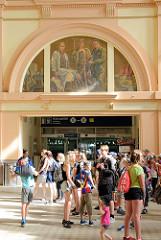 Innenansicht vom Hauptbahnhof Pilsen / Plzeň - Wandbild mit Personen unterschiedlicher Berufe - das Bahnhofsgebäude wurde 1907 eingeweiht, Architekt Rudolf Štech.