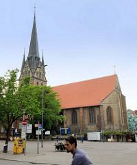St. Nikolaikirche am Südermarkt in Flensburg - Baubeginn 1390 als gotische Hallenkirche; der jetzige neugotische Turmaufsatz wurde 1887 errichtet.