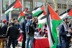 Demonstration - Infotisch in der Hamburger Innenstadt / Mönckebergstraße;  Solidarität mit Palästina - Flaggen.