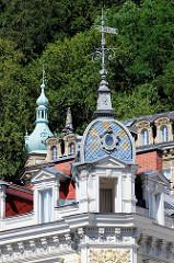 Dachturm mit farbigen Schindeln - Wetterfahne mit der Jahreszahl 1889; Architektur in der Stadt Karlsbad /  Karlovy Vary.
