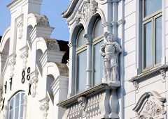 Historische Hausfassaden in der Fußgängerzone Große Straße von Flensburg.