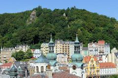 Panorama von Karlsbad /  Karlovy Vary - im Vordergrund Türme der Marie-Magdalenenkirche -  Architektur  des Hochbarocks, geweiht 1737 - Architekt  Kilian Ignaz Dientzenhofer.