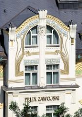 Jugendstilfassade vom Felix-Zawojski-Haus am Boulevard Tržiště von Karlsbad /  Karlovy Vary.  Das Jugendstilgebäude wurde 1900 für den Schneidermeister / Modeatelier Zawojski errichtet - Architekt Karl Haybäck.