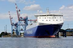 Ein RoRo Frachter der finnischen Transfennica  Reederei liegt im Hafen der Hansestadt Lübeck.