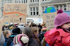 Handemaltes Pappschild: Ihr sägt den Ast ab, auf dem WIR sitzen.  Fast 10 000 SchülerInnen protestieren am 15.03.2019 bei der Fridays for Future-Demonstration in Hamburg für mehr Klimaschutz.