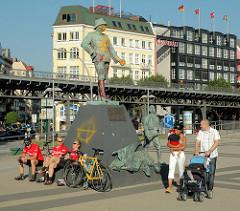 Wissmann Projekt afrika-hamburg.de an den St. Pauli Landungsbrücken; 2004 - 2005. Das Figurenensemble vom Wissmann Denkmal ist als künstlerisches Projekt gedacht und soll die Diskussion über die koloniale Vergangenheit Deutschlands und des Hamburger
