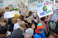 Fridays for Future - Demo in Hamburg - 01.03.2019. DemonstrantInnen tragen Demoschilder mit den Forderungen / Slogans: The earth is hotter than my boyfriend - Make earth cool again.