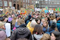 Fridays for Future - Demo in Hamburg - 01.03.2019. Die DemonstrantInnen sammeln sich mit vielen Demoschildern auf dem Gänsemarkt.