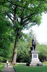 Idstedt Löwe auf dem Alten Friedhof Flensburg - spätklassizistische Bronzefigur, aufgestellt 1862 zur Erinnerung an den Sieg der dänischen Truppen über die aufständischen Schleswig-Holsteiner in der Schlacht bei Idstedt - Bildhauer  Herman Wilhelm Bi