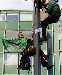 Kletteraktion von Robin Wood am Gänsemarkt - Laternenmast mit Fahne: Sytem Chance Not Climate chance.  Fast 10 000 SchülerInnen protestieren am 15.03.2019 bei der Fridays for Future-Demonstration in Hamburg für mehr Klimaschutz