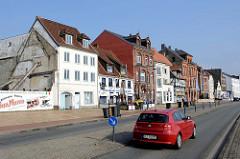 Straße Schiffbrücke am Hafenrand von Flensburg - historische Gewerbegebäude / Wohnhäuser, teilweise denkmalgeschützt.