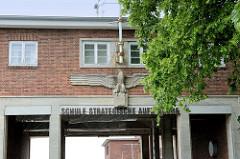 Eingangsportal mit Adler-Relief - Schule für strategische Aufklärung an der Fördestraße von Flensburg-Mürwik.