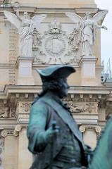 Reiterskulptur / Reiterstandbild am Denkmal von  Maria Theresia, Erzherzogin von Österreich, Gattin und seit 1765 Kaiserinwitwe von Kaiser Franz I. Stephan von Lothringen.